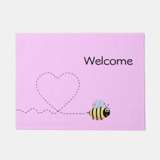 Glückliche positive Biene im Liebe-Cartoonrosa Türmatte