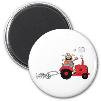 Glücklicher Bauer, der einen Traktor verwendet Magnets