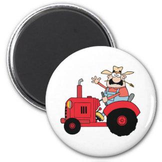 Glücklicher Bauer im roten Traktor, der einen Gruß Runder Magnet 5,7 Cm