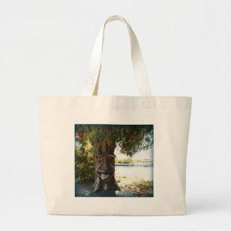 Glücklicher Baum Tragetaschen