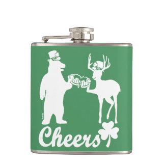 Glücklicher Beifall St. Patricks Tages! Flachmann