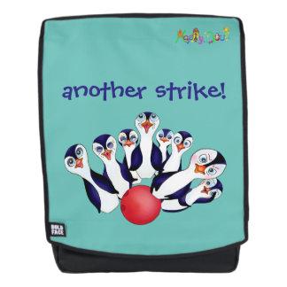 Glücklicher Bowling u. Penguinpins durch den Rucksack