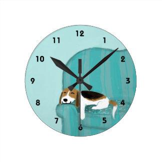 Glücklicher Couch-Beagle - niedlicher Hundeentwurf Runde Wanduhr