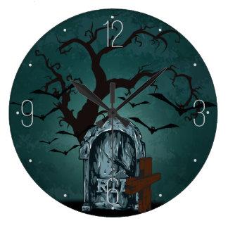 Glücklicher frequentierender toter Baum ernsten Uhren