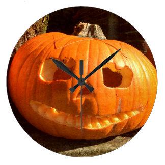 Glücklicher Halloween-Kürbis Große Wanduhr
