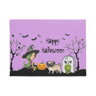 Glücklicher Halloween-Mops und niedliche Hexe Türmatte