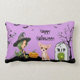 Glücklicher HalloweenChihuahua und niedliche Hexe Lendenkissen