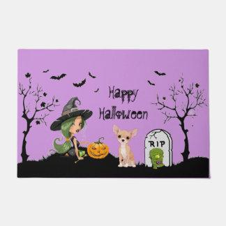 Glücklicher HalloweenChihuahua und niedliche Hexe Türmatte