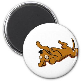 Glücklicher Hund des Cartoon legt sich hin Runder Magnet 5,1 Cm