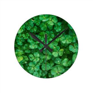 Glücklicher Klee St Patrick Runde Wanduhr