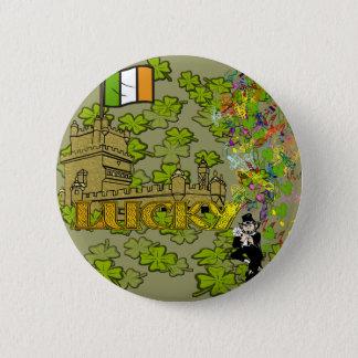 Glücklicher Kobold und sein irisches Schloss Runder Button 5,7 Cm