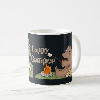 Glücklicher Lagerbewohner trägt Spaßkaffee-Tasse Kaffeetasse