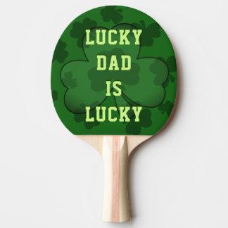 Glücklicher Vati ist glückliches Tischtennis Schläger