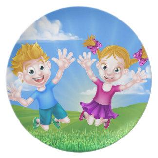 Glückliches Cartoon-Kinderspringen Teller