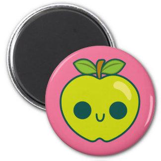 Glückliches grünes Apple auf einem rosa Kühlschrankmagnet