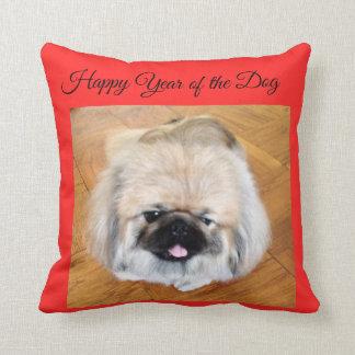 Glückliches Jahr des HundPekingese Rotkissens Kissen