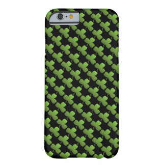 Glückliches Kleeblatt-Muster, Schwarzes und Grün Barely There iPhone 6 Hülle
