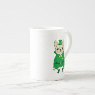Glückliches niedliches Frenchie an St Patrick Tag Porzellantasse