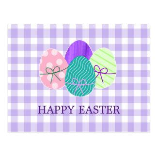 Glückliches Ostern-Land-Lavendel-Gingham-Muster Postkarte