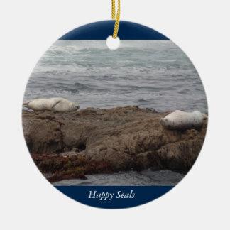 Glückliches Siegel-Glasstrand in Fort Bragg Rundes Keramik Ornament
