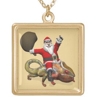 Glückliches Weihnachtsmann-Reiten auf buntem Vergoldete Kette