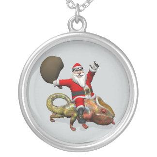 Glückliches Weihnachtsmann-Reiten auf buntem Versilberte Kette