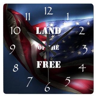 Glühende amerikanische Flagge/Land vom freien Quadratische Wanduhr