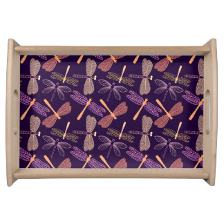Glühende Nachtlibellen auf dunklem Tablett