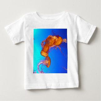 Glühende Quallen im blauen Wasser Baby T-shirt