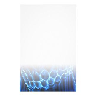 Glühender blauer Zahn-Biss u. Briefpapier