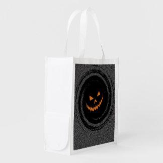 Glühender Jack O'Lantern Halloweens in einem Wiederverwendbare Einkaufstasche