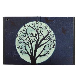 Glühender Mondschein mit altem Baum und Krähen