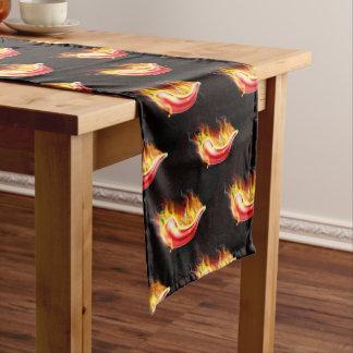 Glühender Paprika-Pfeffer auf Feuer Kurzer Tischläufer