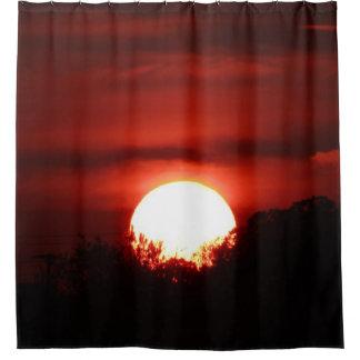 Glühender roter Sonnenuntergang Duschvorhang