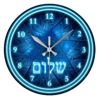 Glühendes blaues Shalom auf geätztem Davidsstern Große Wanduhr