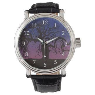 Gnarly Baum in der Dämmerungs-Uhr Uhr