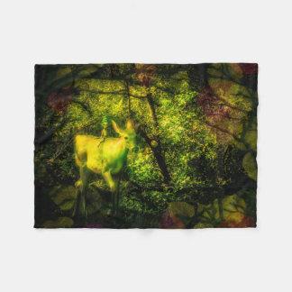 Gnome und Faun in einem verzauberten Wald Fleecedecke