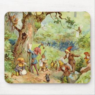 Gnomes, Elfe und Feen im magischen Wald Mousepad