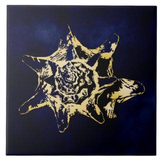 Gold Seashel mit dunkelblauem Hintergrundentwurf Fliese