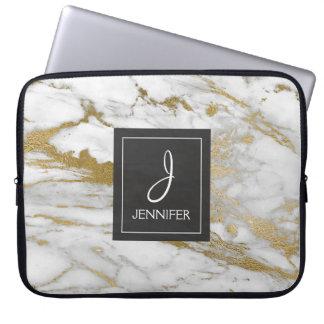 Gold und weißes elegantes Marmorierungmonogramm Laptop Sleeve