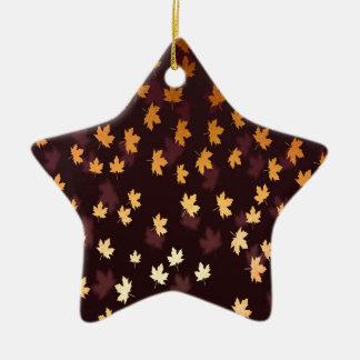 GoldAhornblatt auf dunkelrotem Keramik Ornament