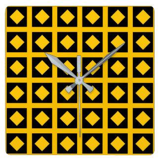 Golddiamanten und schwarze Quadrate Quadratische Wanduhr
