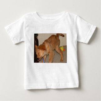 Golden retriever, das weg es rüttelt baby t-shirt