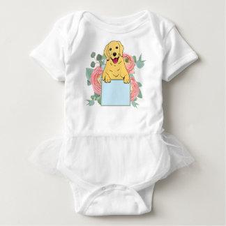 Golden retriever, das Zeichen hält Baby Strampler