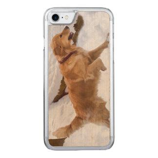 Golden retriever-Hund im Schnee Carved iPhone 8/7 Hülle