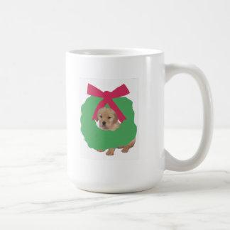 Golden retriever im Feiertags-Kranz Kaffeetasse