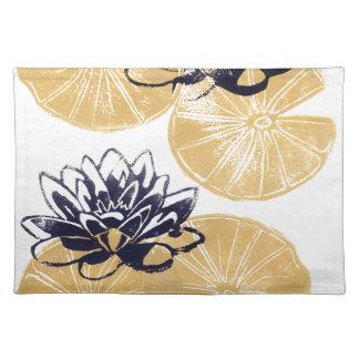 Goldene Wasserlilien Stofftischset