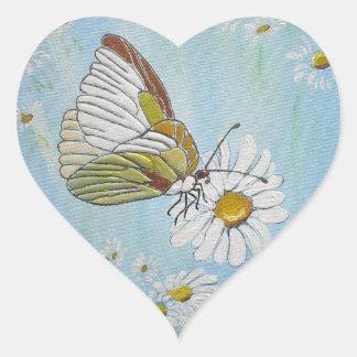Goldener Schmetterling auf einem weißen Herz-Aufkleber