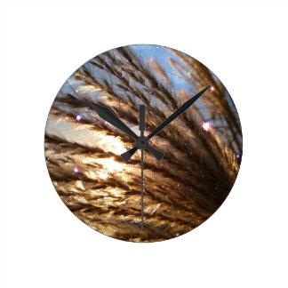 Goldener Weizen-helle Strahlen mit einer Runde Wanduhr