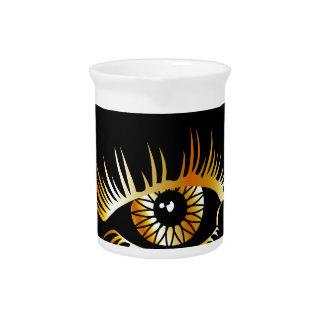 Goldenes Auge mit Augenbraue und Details nach Getränke Pitcher